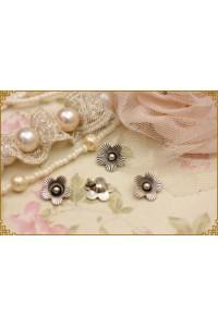 10 pezzi charm fiore in metallo colore argento misura 1,4cm x1,4cm